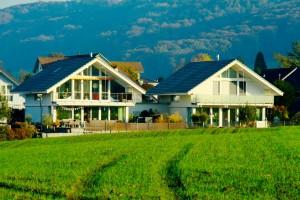 Einfamilienhäuser mit verbindendem Carport